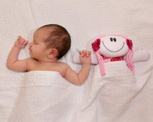 cómo corregir la cabeza plana de un bebé
